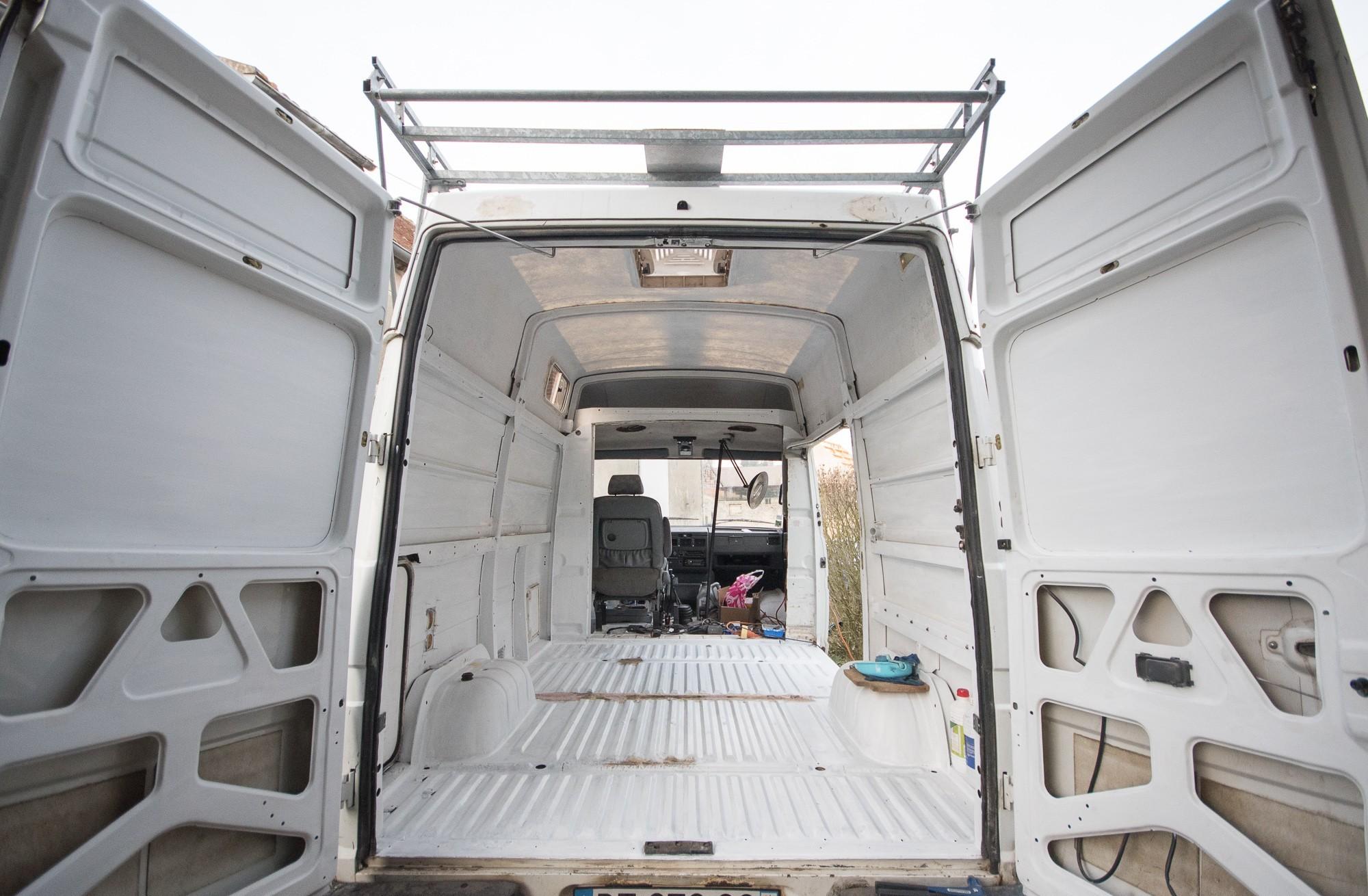 Traitement de la rouille sur la carrosserie et pose de trappes camping car