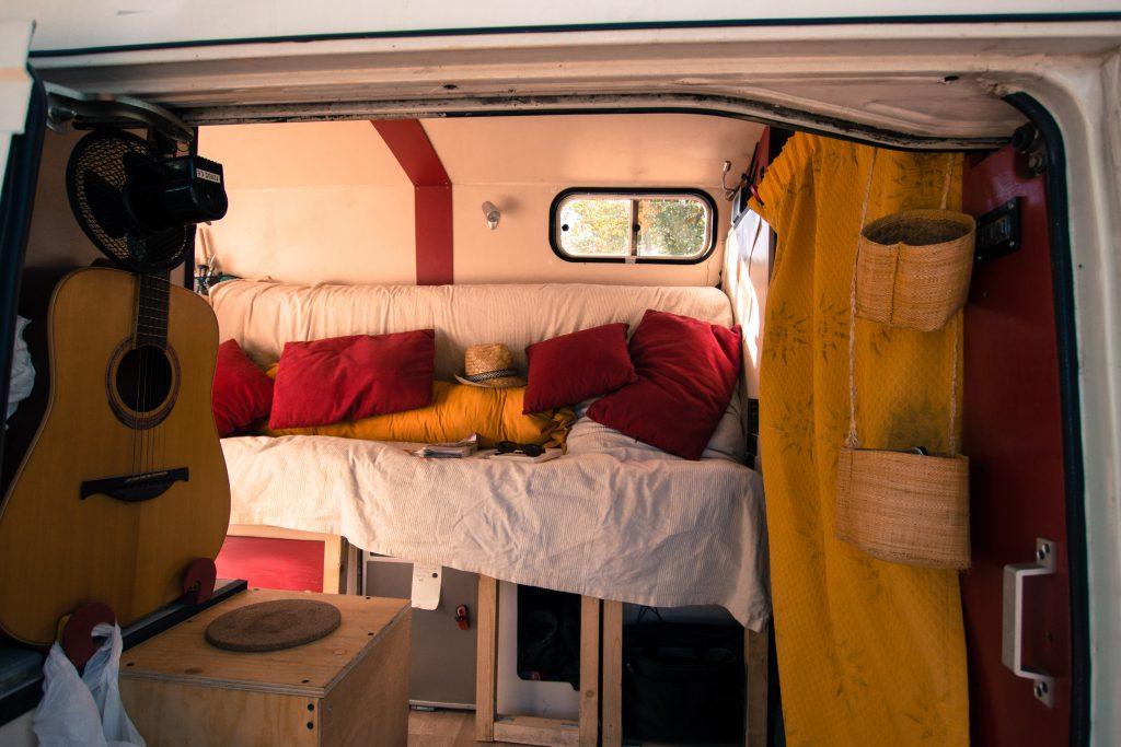 Vue de côté avec le lit replié