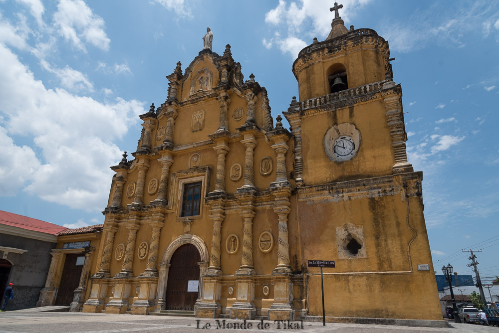 nicaragua leon eglise church jaune yellow